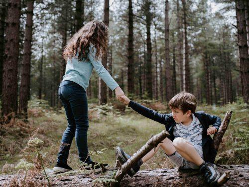 Deux enfants dans une forêt