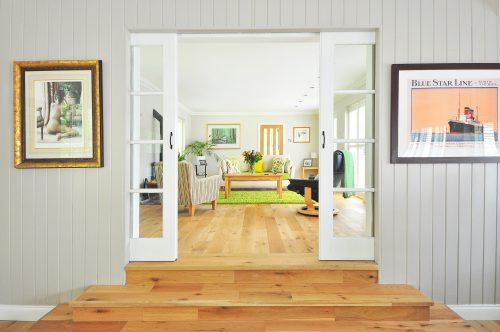 Pièce avec des portes vitrèes coulissantes
